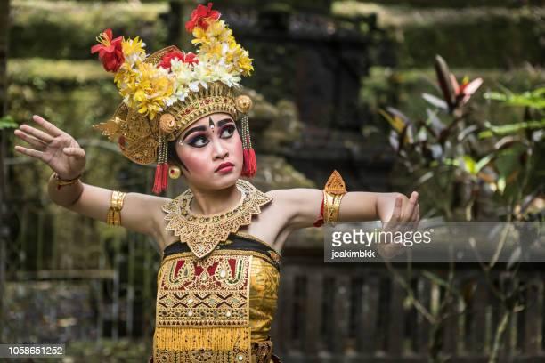 jovem dançarina de bali tradicional em um templo hindu - bali - fotografias e filmes do acervo