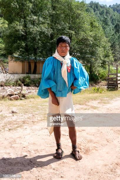 hombre joven tarahumara tradicional en sierra madre, méxico - tarahumara fotografías e imágenes de stock