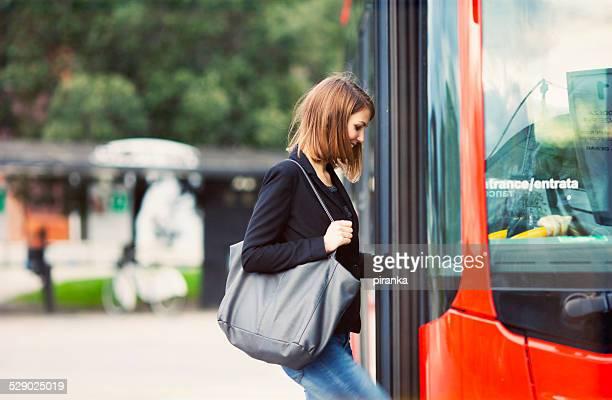 junger reisender einsteigen in den bus - bus stock-fotos und bilder