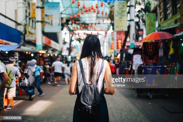 junge reisende frau in kuala lumpur chinatown bezirk - kuala lumpur stock-fotos und bilder