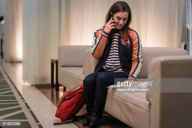 Junge Frau telefoniert und schaut sich eine Karte an