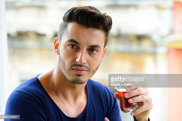 Jovem homem beber chá Turca