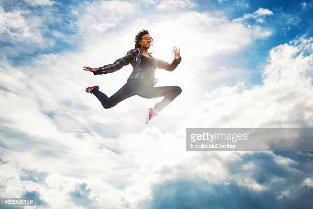 若い都会のアメリカ人女性にブラックのスカイジャンプ