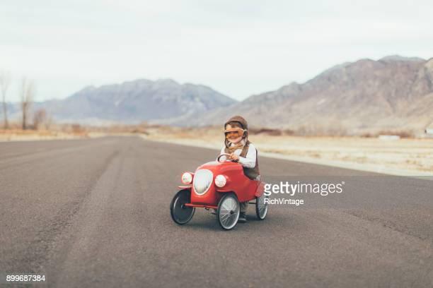 Vintage Junge treibt Spielzeugauto