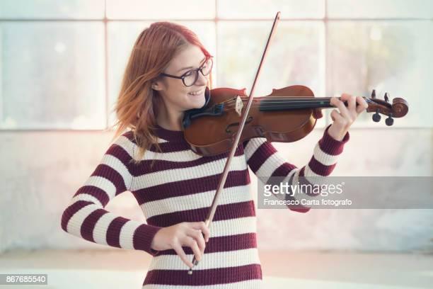 young violinist - violin fotografías e imágenes de stock