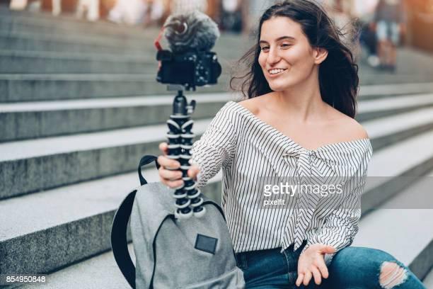Jonge vlogger filmen buitenshuis