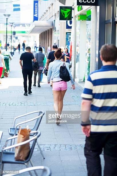 caucasien jeune fille marche en short rose - mini short photos et images de collection
