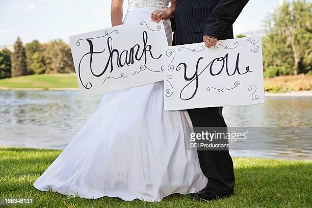 若い結婚式のカップルの標識をありがとうございました。 - 結婚式 ストックフォトと画像
