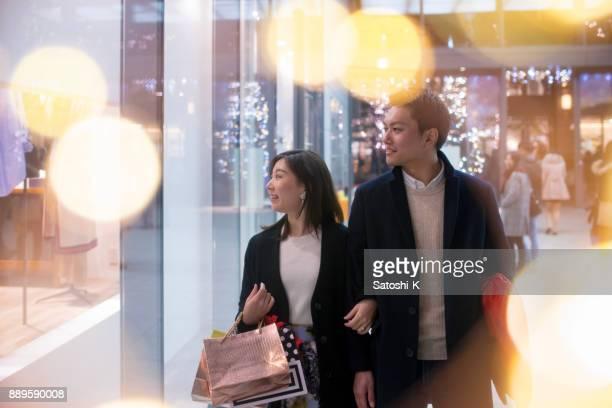 若妻と夫のクリスマスの夜に一緒に買い物に