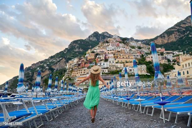 アマルフィ海岸のポジターノの村の景色を眺めながら若い女性