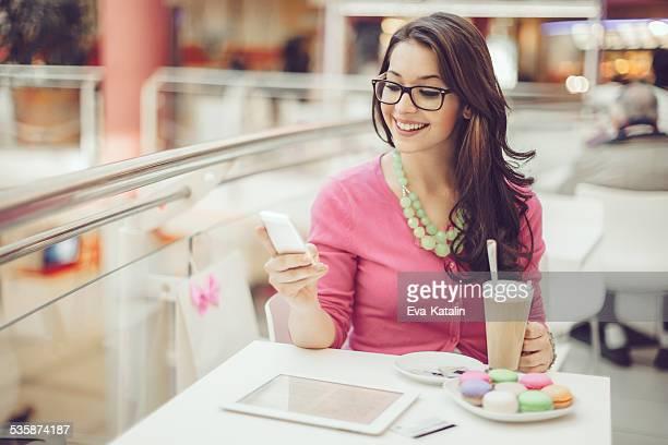 Mujer joven después de compras