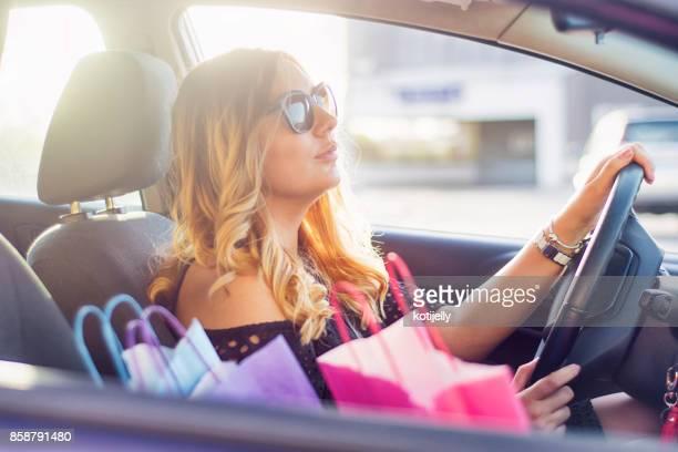 Jeune femme après le shopping