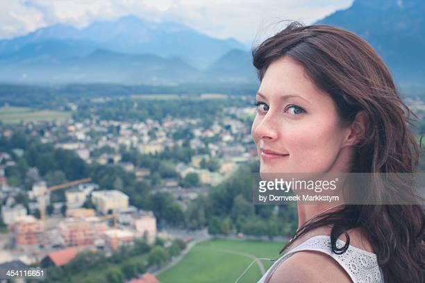 young woman alpine landscape - brune aux yeux bleus photos et images de collection