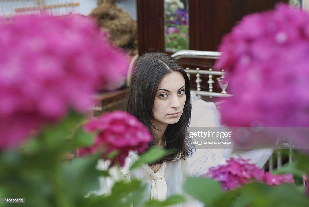 Mujer joven en flores : Foto de stock