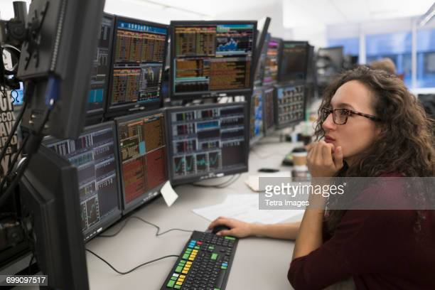 young woman analyzing computer data - börse new york stock-fotos und bilder