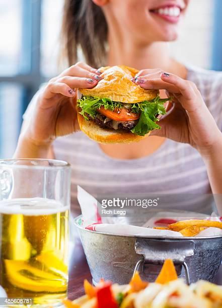 Jovem mulher e Burger