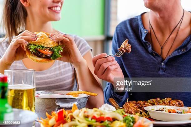Mujer joven y hamburguesa
