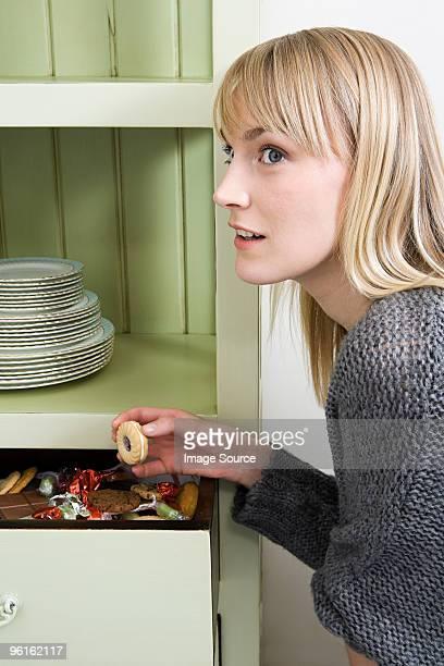Jeune femme et tiroir de cookies