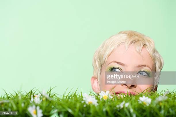 jeune femme et herbe - printemps humour photos et images de collection