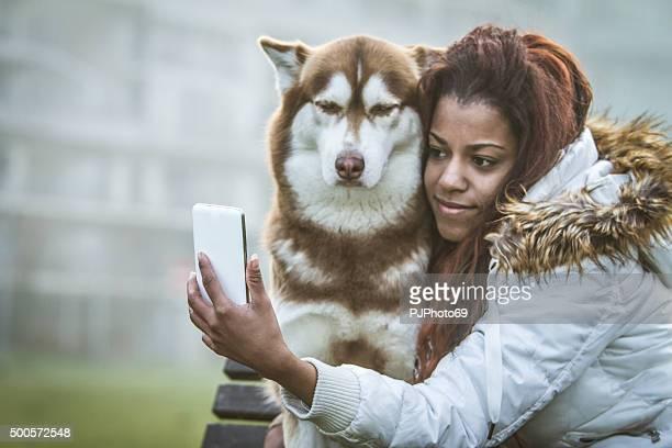 mujer joven y su perro haciendo autofoto - pjphoto69 fotografías e imágenes de stock