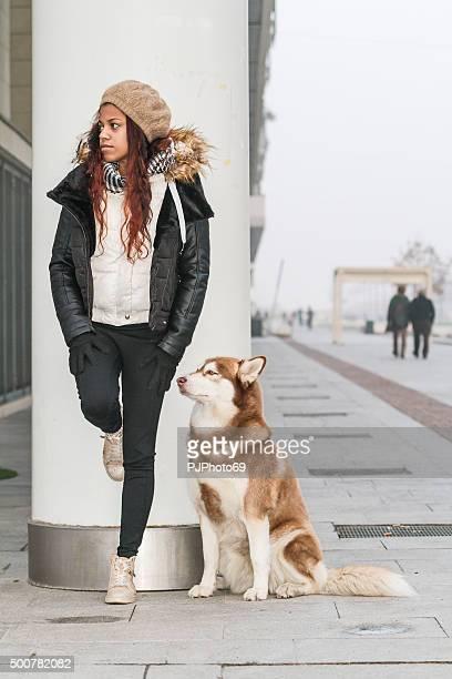 jovem mulher e o seu cão na rua - pjphoto69 imagens e fotografias de stock