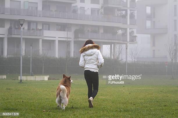 mujer joven y su perro a - pjphoto69 fotografías e imágenes de stock