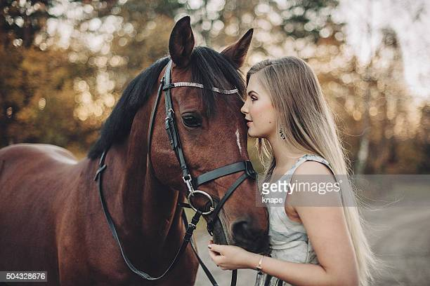 Junge Frau und Ihr Pferd