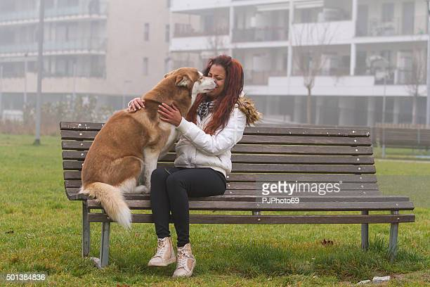 mujer joven y su husky siberiano - pjphoto69 fotografías e imágenes de stock
