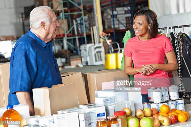Jeune femme et homme travaillant dans plus de dons center
