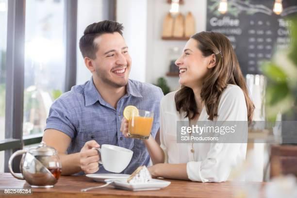 Junge Frau und junger Mann beim ersten date