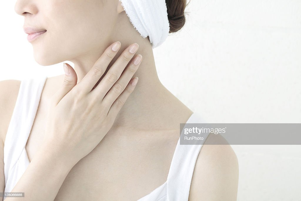 young woman applying a body cream : ストックフォト