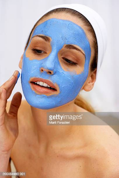Junge Frau benutzt Gesichtsmaske, Nahaufnahme