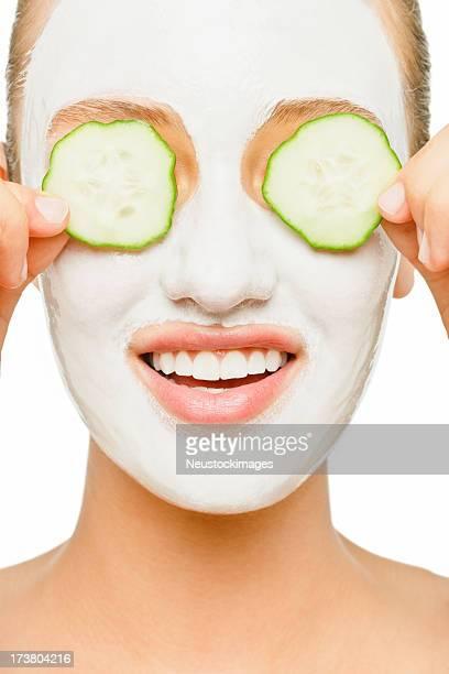 Joven mujer aplicar Mascarilla facial