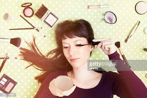Mujer joven aplicar rímel