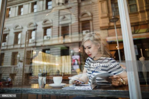 young woman at a coffee shop - melbourne australia foto e immagini stock