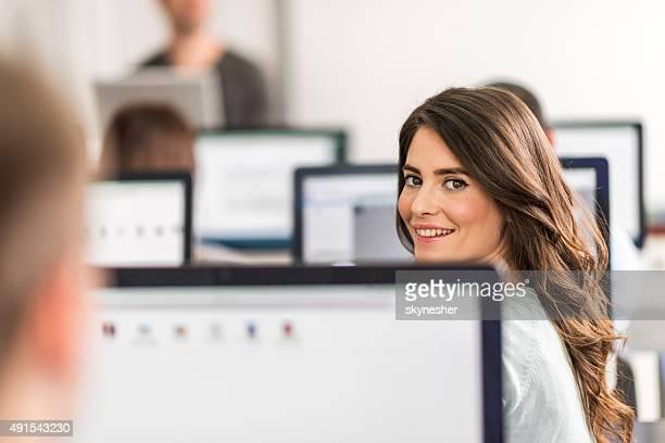Junge Frau am computer-Klasse Blick in die Kamera.