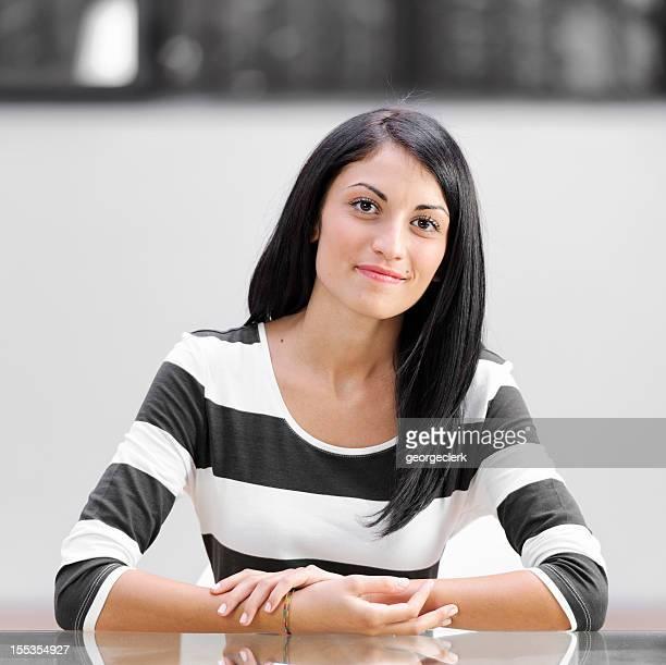 Junge Frau auf einem Schreibtisch