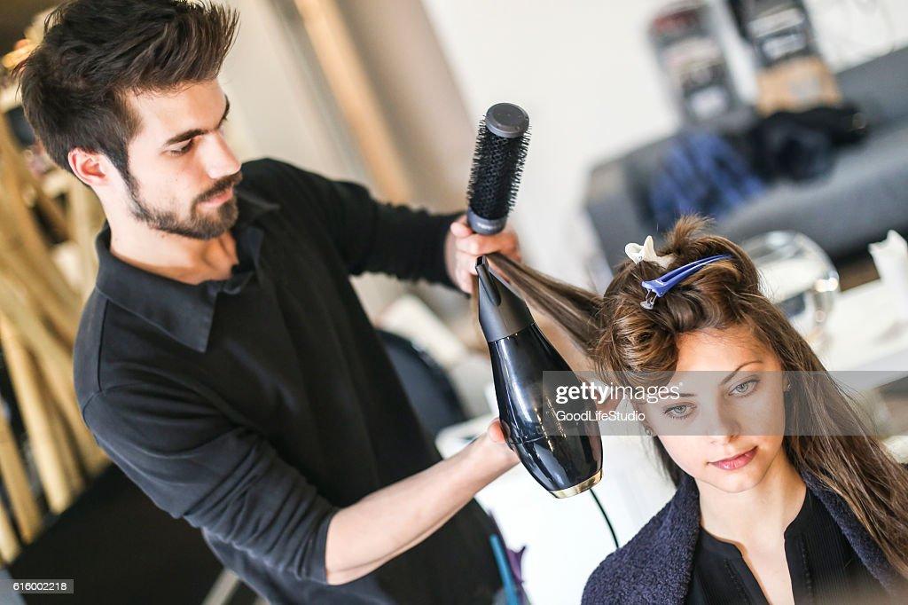 Young woman at a hair salon : Stock-Foto