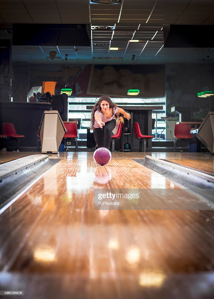 Giovane donna in bowling : Foto stock