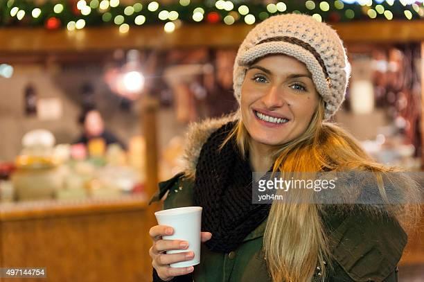 Junge Frau im Christmas market