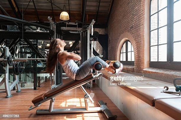 young woman at gym working her abs - lucy lambriex stockfoto's en -beelden