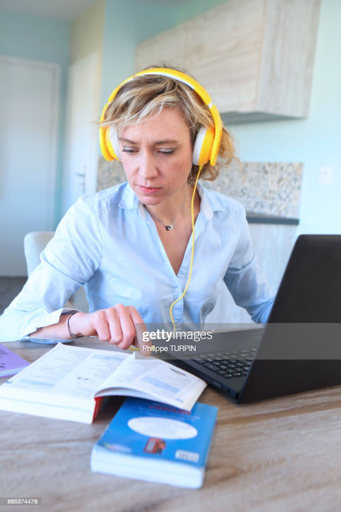 Young woman at home learning new language with computer. : Stock-Foto