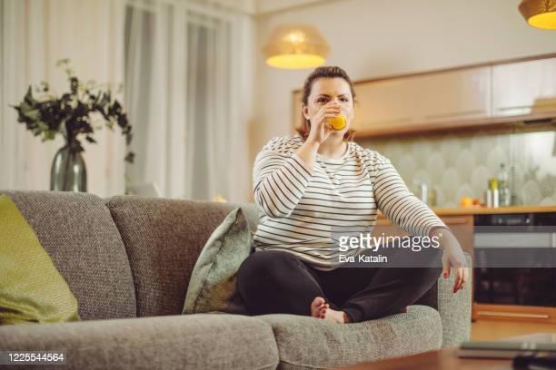 自宅で若い女性 - 外出禁止令 ストックフォトと画像