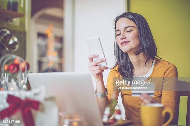 Mujer joven en casa