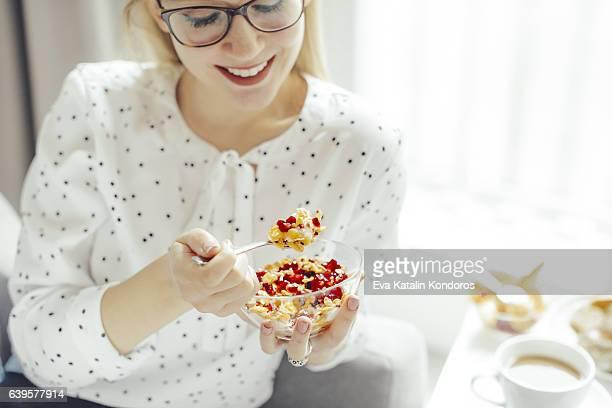 Giovane donna a casa