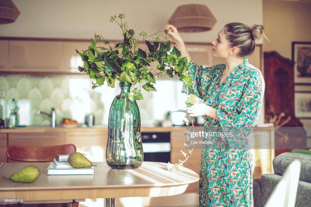 Jonge vrouw thuis : Stockfoto