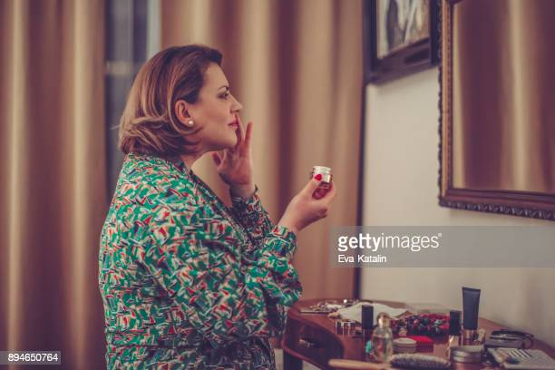 young woman at home - short hair for fat women stock pictures, royalty-free photos & images