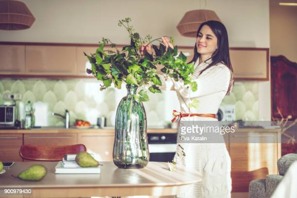 giovane donna a casa - arrangiare foto e immagini stock