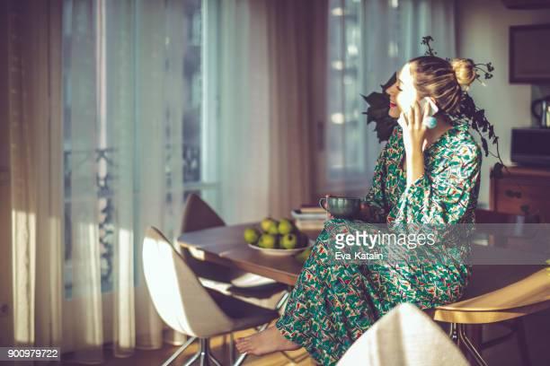 若い女性自宅で - 儀式用のローブ ストックフォトと画像
