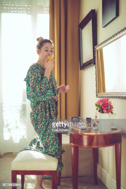 giovane donna a casa - tranquil scene foto e immagini stock